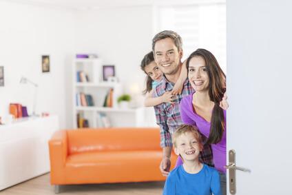 Familie öffnet Gästen die Türe