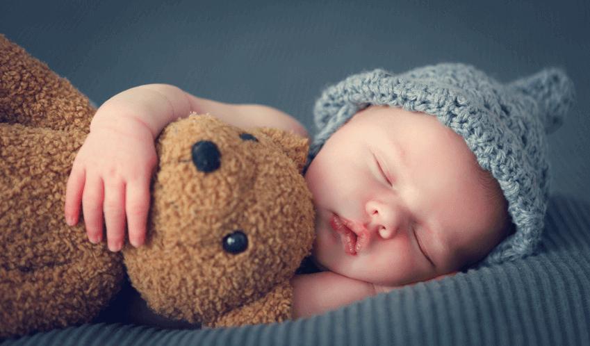 Schlafendes neugeborendes Baby