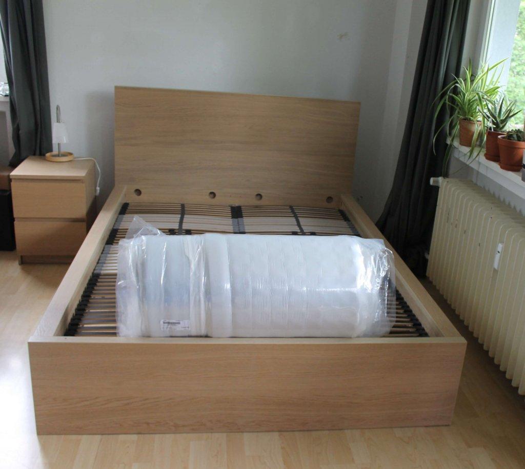Die Matratze liegt zusammengerollt in einer Verpackung.